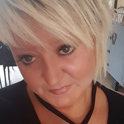 Sandie is looking for singles for a date